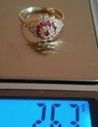 Pierscionek koszyczek cyrkonie i rubiy 585