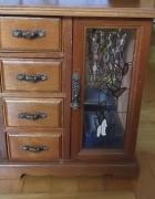Stara drewniana szafka na biżuterię