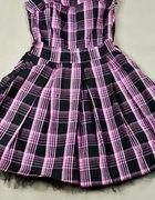 Rozkloszowana sukienka w czarno różową kratkę