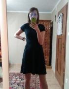 Granatowa sukienka z tłoczonym materiałem