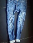 Modne jeansy boyfriend dziury HM