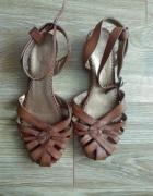 brązowe sandały...