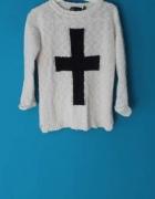 Biały sweter z krzyżem