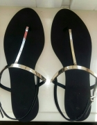 Czarne sandałki Stradivarius