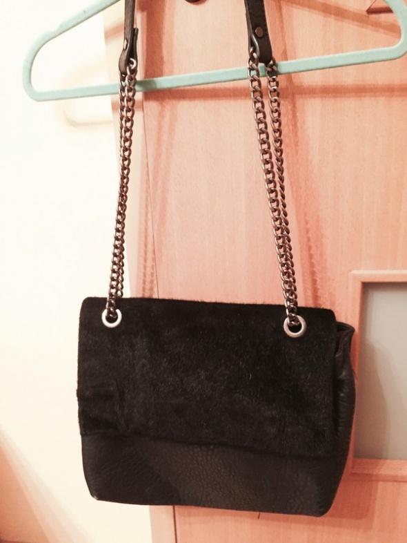 Torebki na co dzień Czarna torebka z futerkiem Parfois