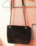 Czarna torebka z futerkiem Parfois...
