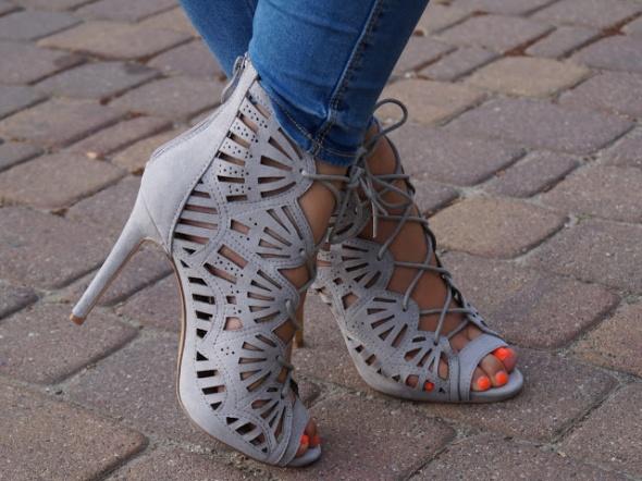 Ażurowe sandałki szare