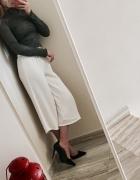 Rozkloszowane białe spodnie...
