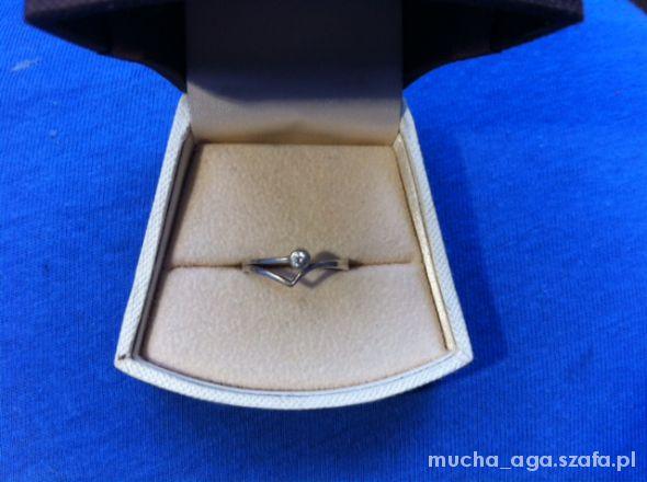 Pierścionki srebrny piękny pierścionek cyrkonia