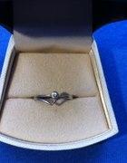 srebrny piękny pierścionek cyrkonia