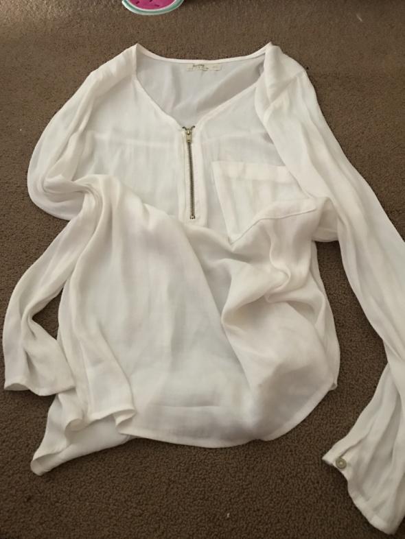 Bluzki Bershka biała s z kieszonka i zamkiem