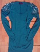 długi sweterek sukienka z cyrkoniami na pagonach
