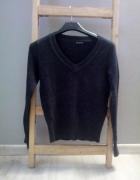 Grafitowy sweter dekolt V
