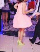Neonowa sukienka z kokardą asymetryczna