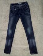 Ciemne klasyczne jeansy