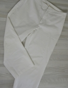 Białe spodnie rybaczki...