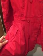 dziewczęcy czerwony płaszczyk