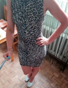 Obcisła bandażowa panterkowa sukienka BERSHKA