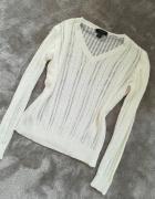 smietankowo bialy modny sweter dekolt V...