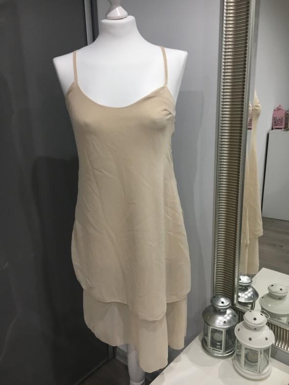 Beżowa sukienka z lekkiego materiałuna lato