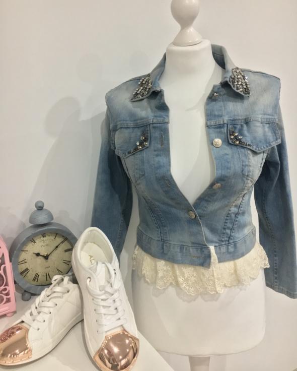 Jeansowa kurtka Vero Moda z ćwiekami i koronką