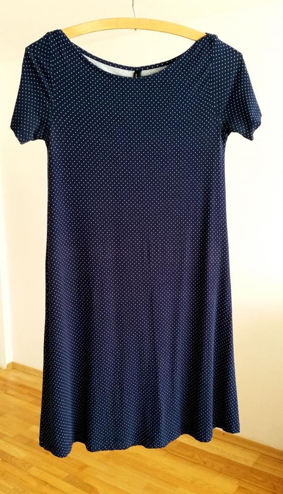 Niebieska sukienka w kropki Stradivarius...
