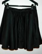 czarna rozkloszowana spódnica...