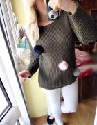 Sweter khaki military pompony włochate brelok