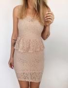 Sukienka Pudrowa z baskinką rozmiar M koronkowa