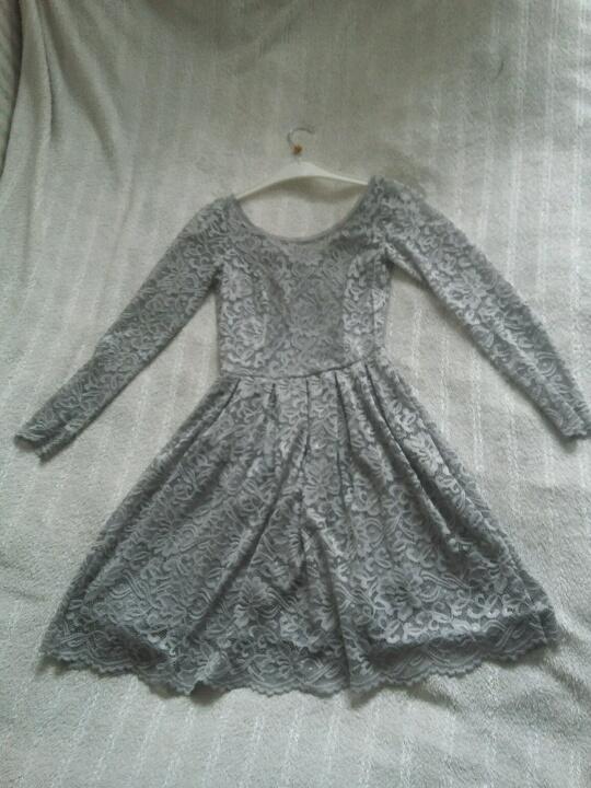 szara koronkowa sukienka z długim rękawem