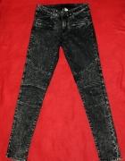 marmurkowe jeansy z przeszyciami
