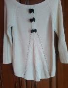 kremowy sweterek z kokardkami asymetryczny