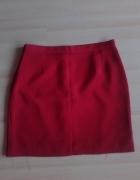 piękna czerwona spódnica przed kolano