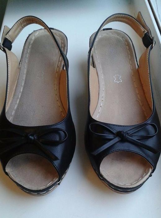 Czarne sandały z kokardką