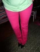 różowe spodnie dopasowane