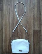 Biała torebka Mohito łańcuszek