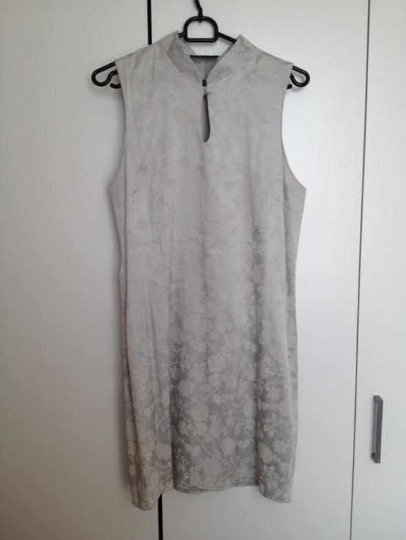 Srebrna sukienka w różyczki...