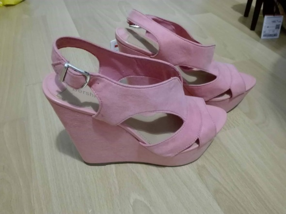 Buty na kuturnie różowe bershka...
