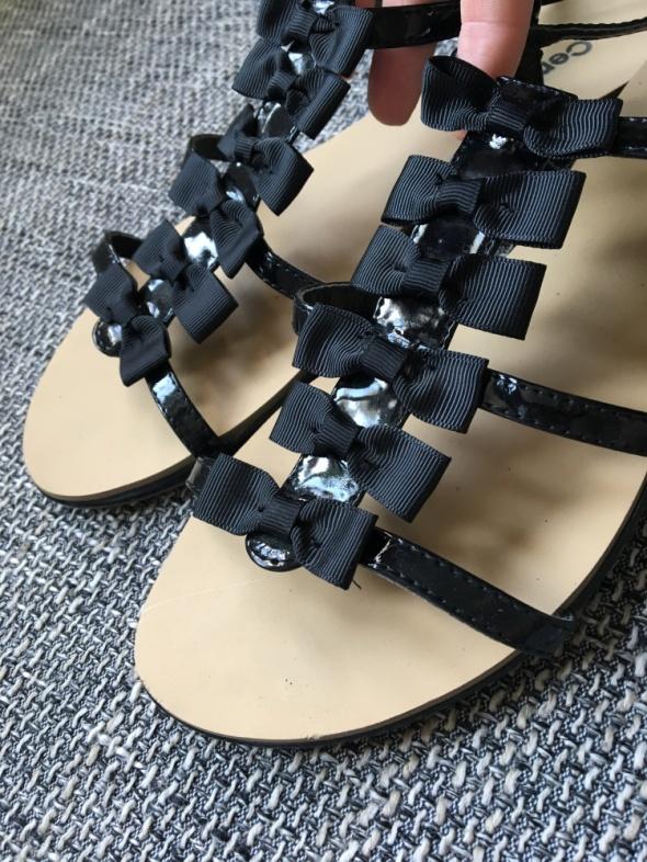 Sandały z kokardkami...
