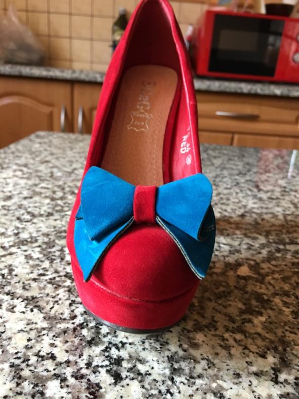 Czerwone buty z kokardą...