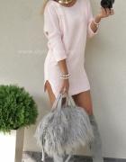 różowy sweterek...