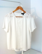 Biała bluzka z koronką atmosphere