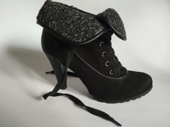 Czarne botki z kożuszkiem na wysokim obcasie