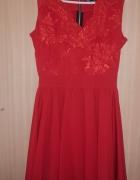 Czarwona sukienka rozkloszowana