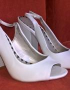 śliczne białe buciki