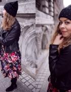 sukienka w kwiaty i czarna ramoneska