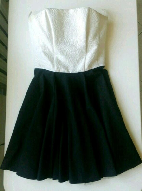 f4b3820dd6 Czarno biała rozkloszowana sukienka rozm S w Suknie i sukienki ...