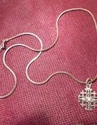 srebrny łańcuszek i zawieszka