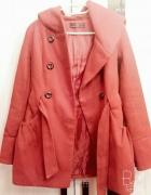 Czerwona dłuższa kurtka z New Look...