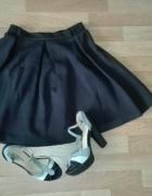 rozkloszowana krótka spódnica...